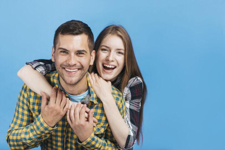 szczęśliwa para przytula się