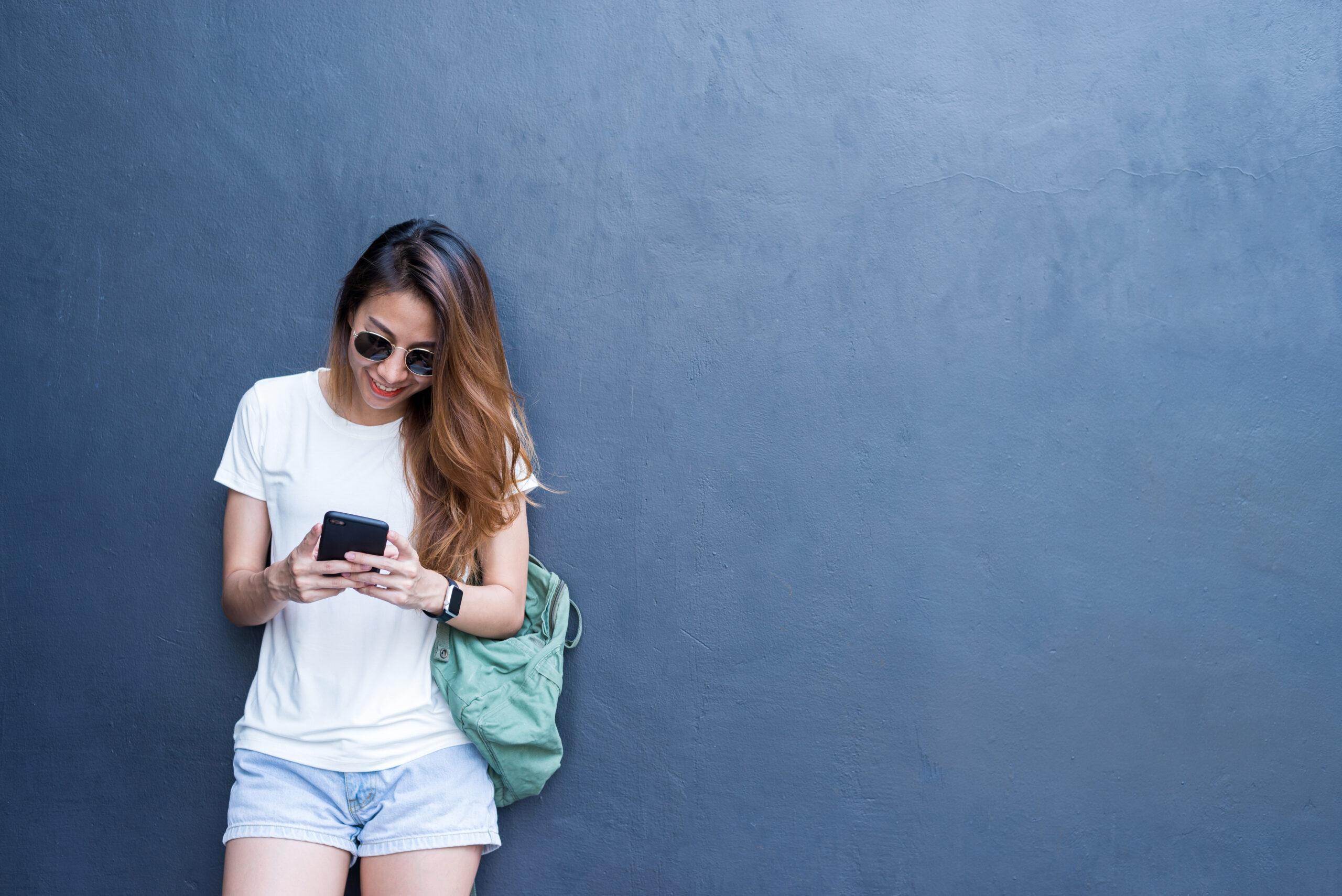 młoda dziewczyna z telefonem