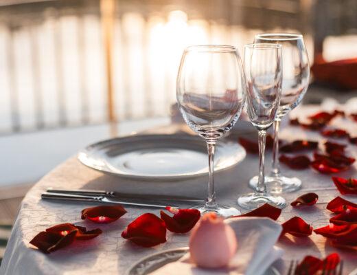 kolacja, romantyczna randka, płatki róż