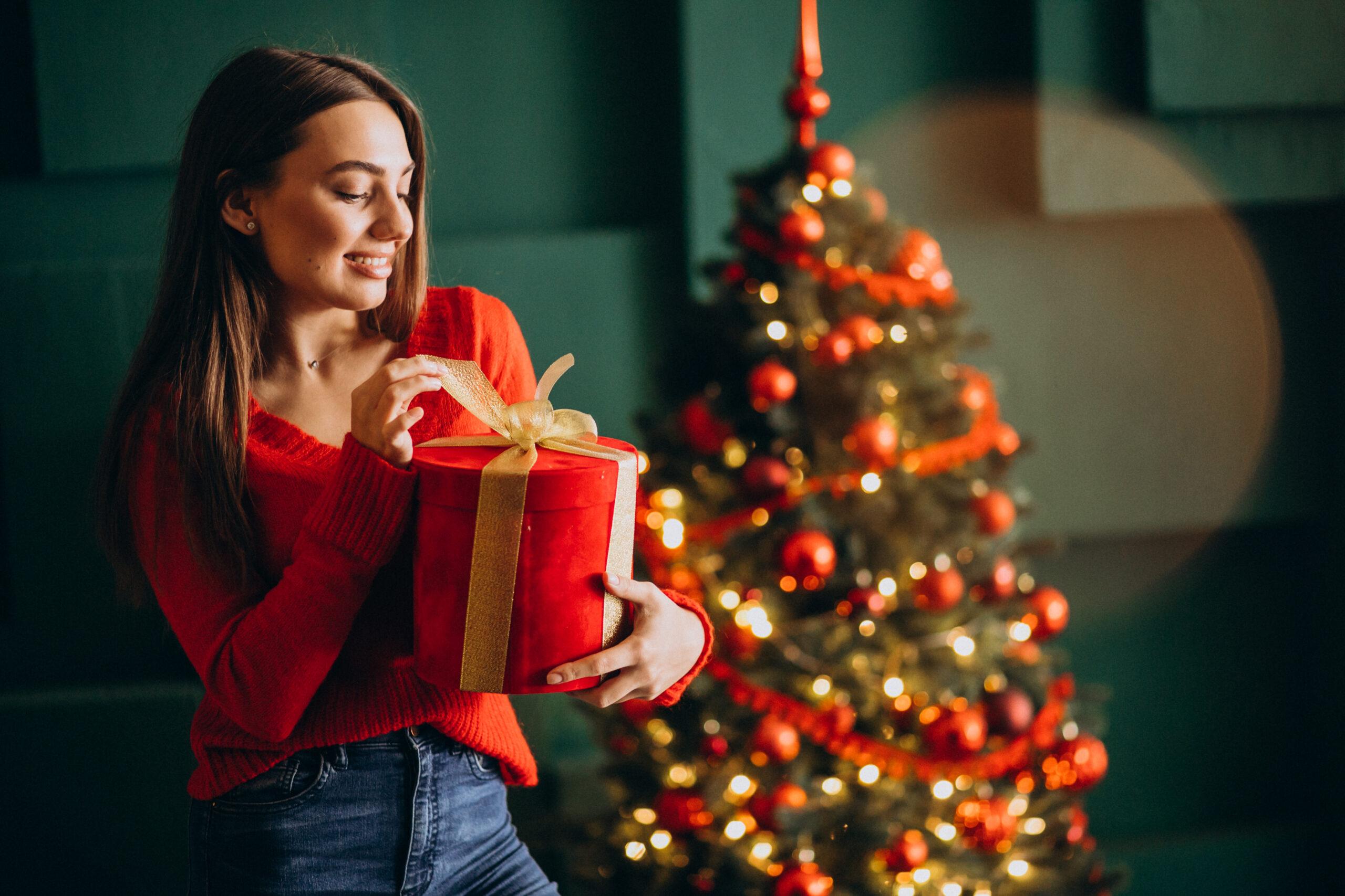 Dziewczyna z prezentem, choinka, święta, boże narodzenie