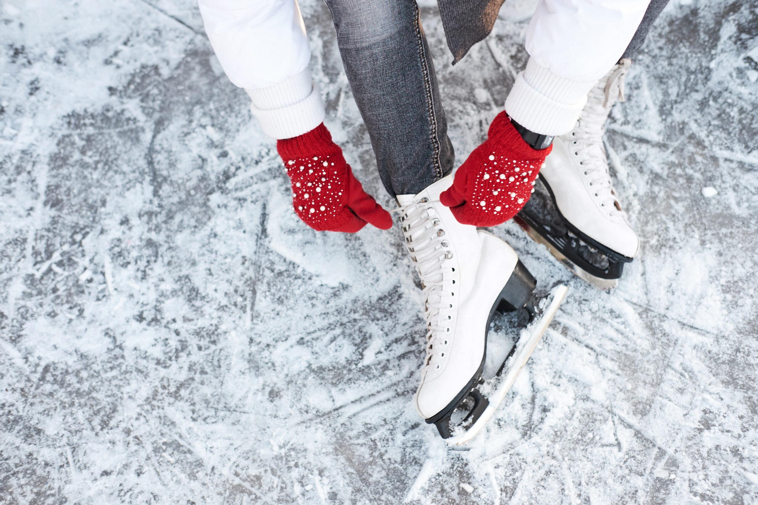 łyżwy, zima, czerwone rękawiczki, lodowisko