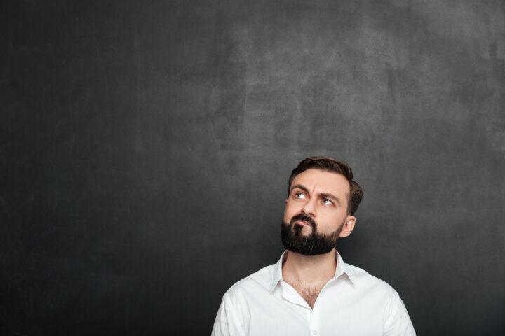 mężczyzna zastanawiający się