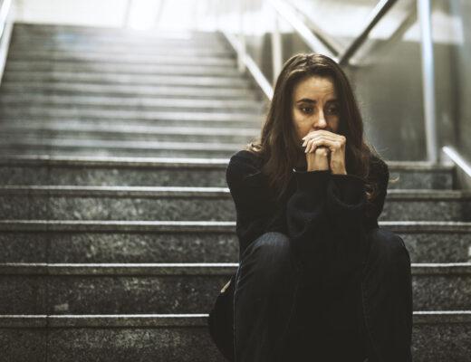 kobieta siedząca na schodach, smutek, strach, depresja, niepewność