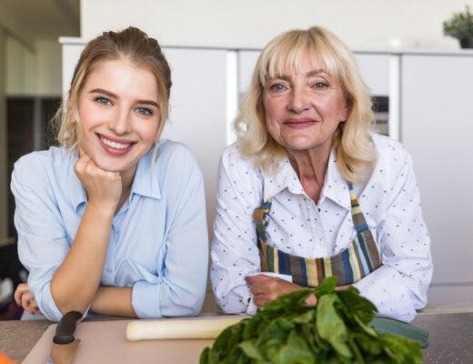 młoda dziewczyna i starsza pani