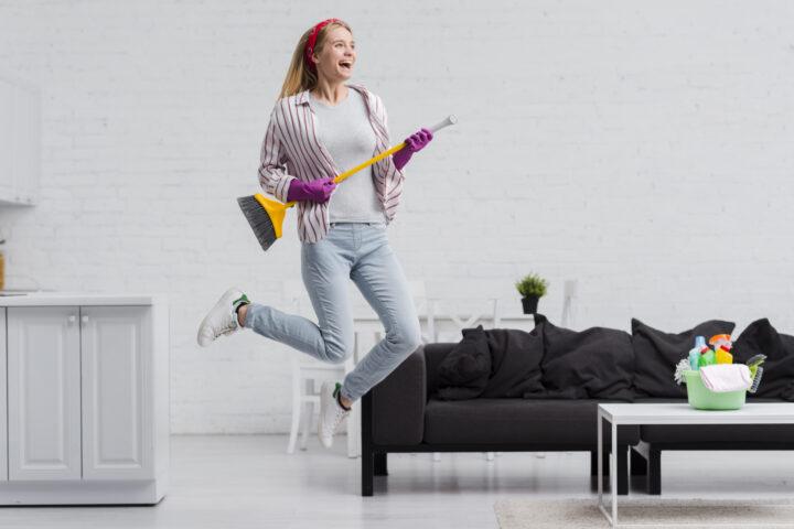 dziewczyna dobrze się bawi podczas sprzątania