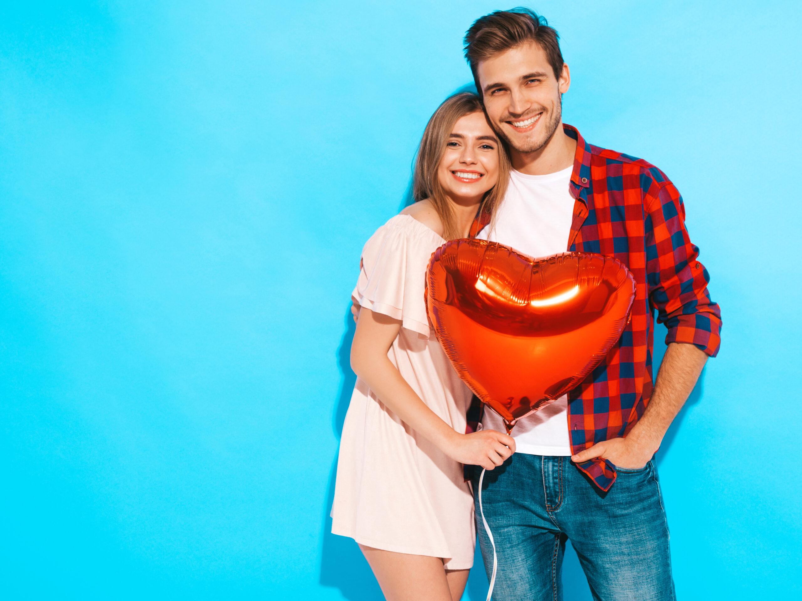 Szczęśliwa para z balonem w kształcie serca